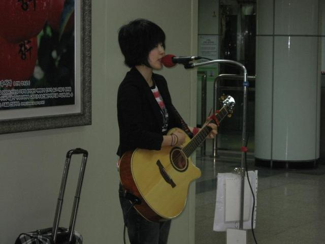 Korean singer, artist, Seoul, Subway, Guitar player