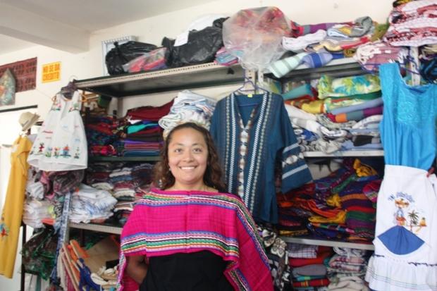 Karla, pink scarf, weaving,  San Sebastian, El Salvador, central america, ruta artesanal, travel, photography
